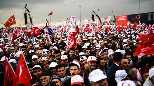 حصل الموافقون على التعديلات، التي توسع صلاحيات الرئيس، رجب طيب أردوغان، على نسبة تفوق 51 في المئة من الأصوات بقليل