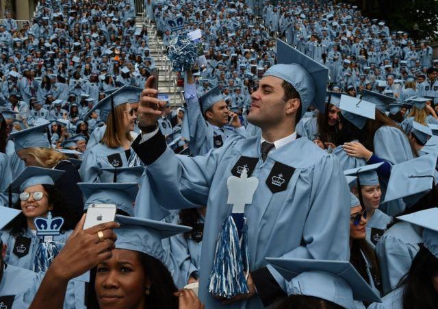 Estudiantes en una ceremonia de graduación en EE.UU.