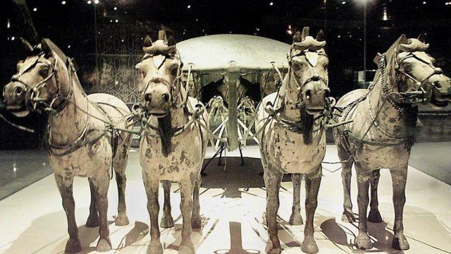Figuras de bronce en la tumba del primer emperador chino.