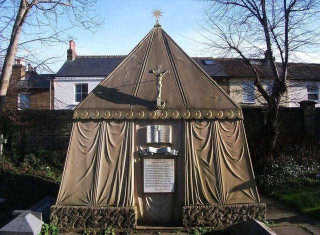 Мавзолей Бёртона и его жены на католическом кладбище в лондонском районе Мортлейк
