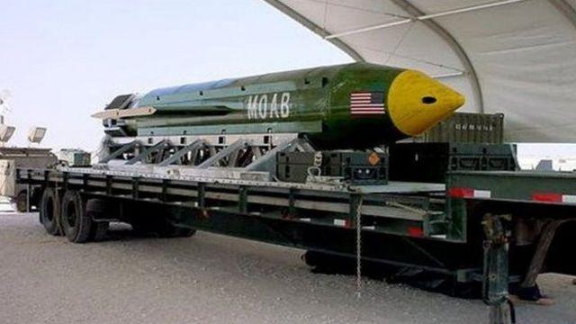تعرف القنبلة باسم MOAB وتزن 9,800 كلغ وتم نقلها وإسقاطها بواسطة طائرة MC-130