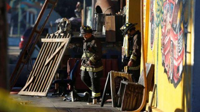 Пожарные в сгоревшем здании культурного центра в Окленде, Калифорния
