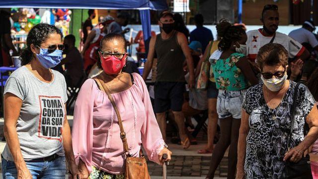 Mulheres com máscara