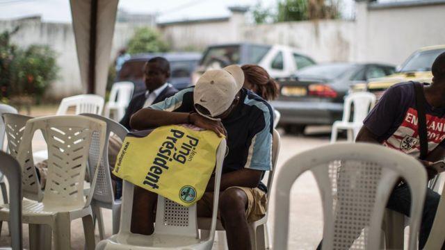 Un des supporters du candidat Jean Ping après avoir passé la nuit à attendre les résultats à Libreville le 31 août