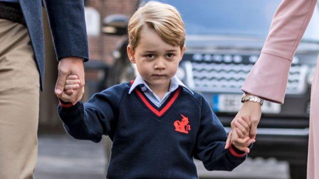 Принц Джордж на пути в школу