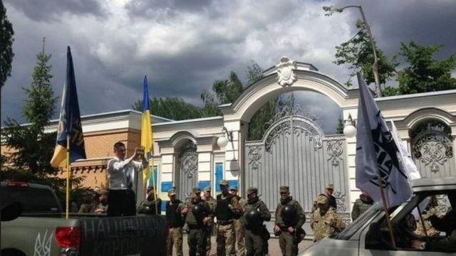 Так выглядит въезд в имение Петра Порошенко под Киевом