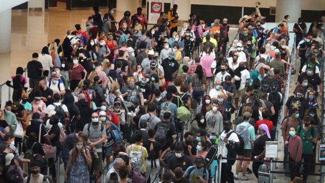 Personas en el aeropuerto Louis Armstrong de Nueva Orleans