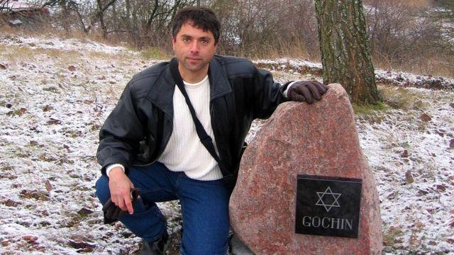 Grant Gochin junto a un monumento para sus familiares en Lituania