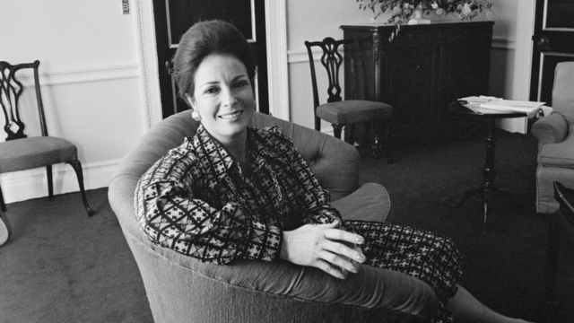 جيهان السادات ، ناشطة حقوقية مصرية ، سيدة مصر الأولى ، المملكة المتحدة ، 10 نوفمبر 1975.