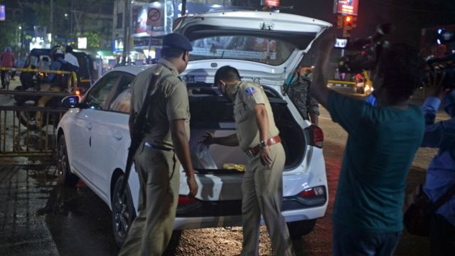 चुनाव के दौरान गाड़ी की जांच करते पुलिस अधिकारी