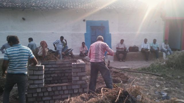 मुंगेली में नए शौचालय का निर्माण हो रहा है