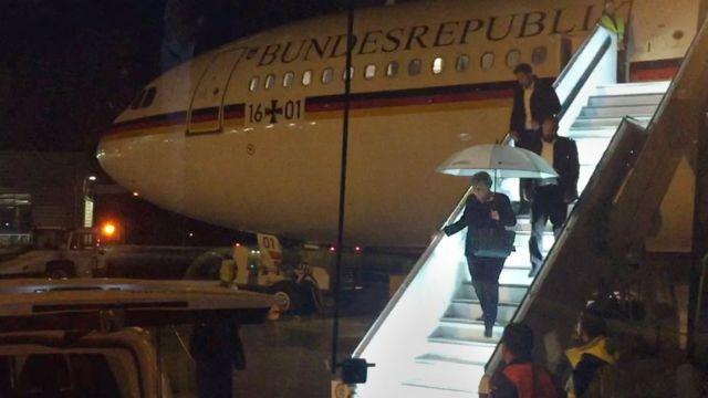 """La canciller alemana Angela Merkel bajándose del avión """"Konrad Adenauer"""" el 29 de noviembre de 2018."""