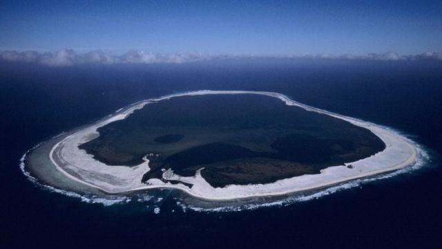 La isla coralina se formó sobre el borde del cráter de un volcán sumergido.