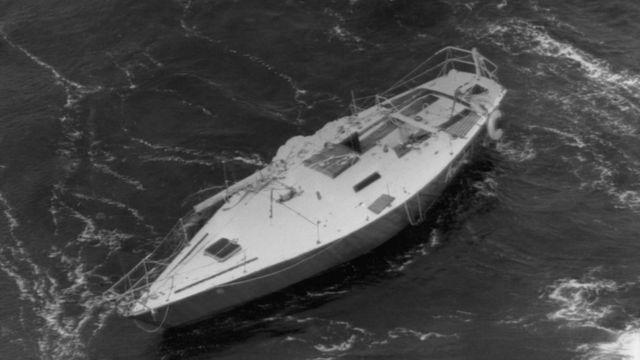 Из 303 яхт, которые приняли участие в регате, 75 перевернулись, 24 были оставлены экипажами и пять затонули