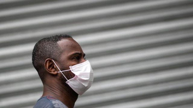 Homem usando máscara no Rio