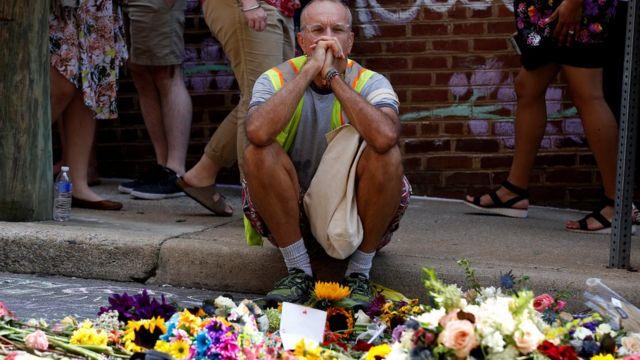 海瑟·D·海耶爾被車撞身亡的地點有民眾獻花。