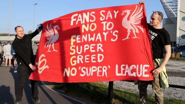 球迷在英國利茲主場艾蘭路路球場外舉起抗議標語