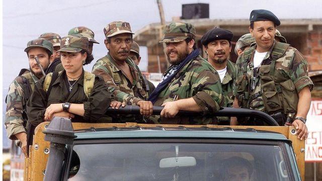 Un grupo de dirigentes guerrilleros en una imagen tomada en Uriba, Colombia, en 1999.