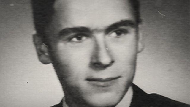 Retrato de Ted Bundy ainda jovem