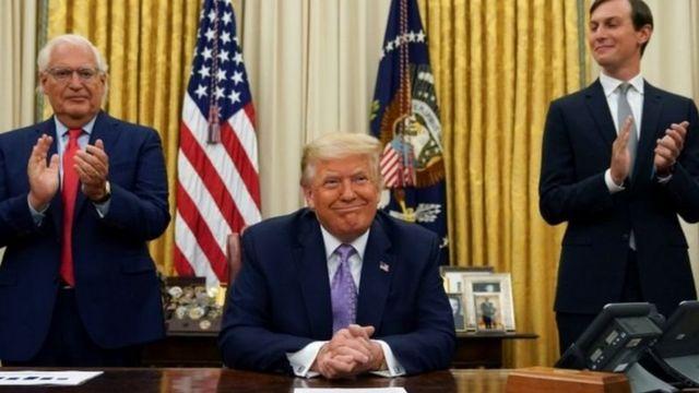دیوید فریدمن سفیر آمریکا در اسرائیل (سمت چپ)، دونالد ترامپ و جرد کوشنر داماد رئیسجمهوری آمریکا پس از اعلام توافق میان اسرائیل و امارات