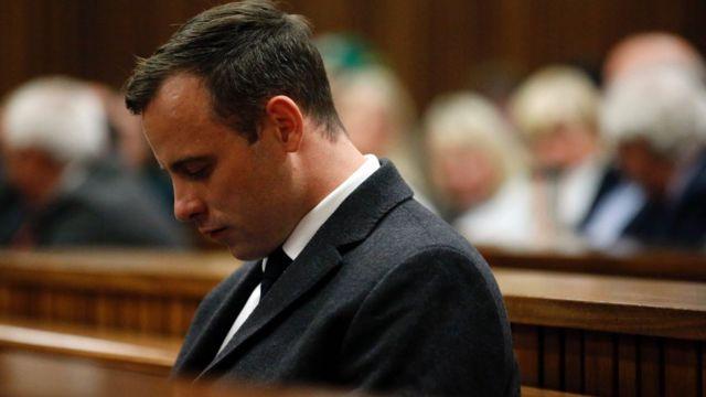Oscar Pistorius escucha su sentencia.