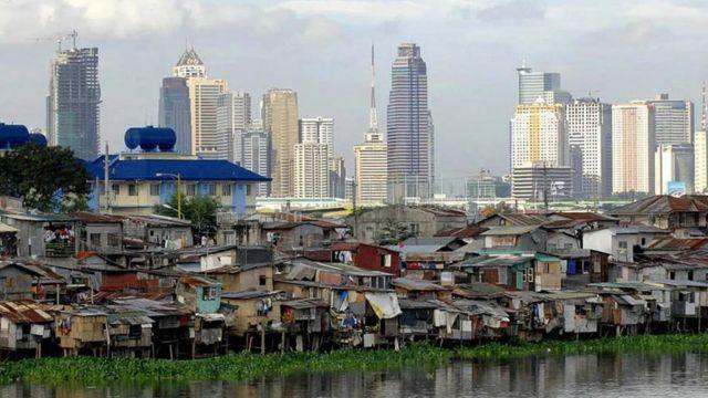 Favela com torres ao fundo