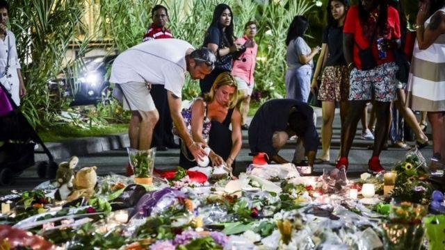 遊歩道に設けられた仮設の追悼場所