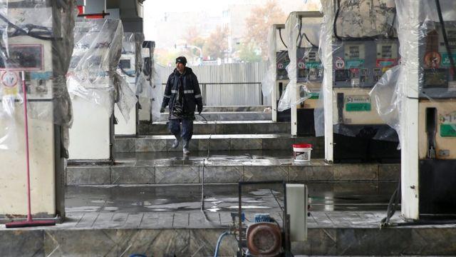 Мужчина на закрытой заправочной станции