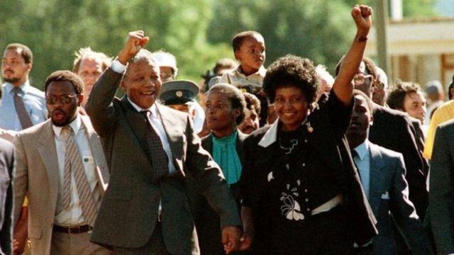 Nelson àti Winnie Mandela nígbà tí wọ́n da sílẹ̀ l'ọ́gbà ẹ̀wọ̀n l'óṣù Kejì ọdún 1990