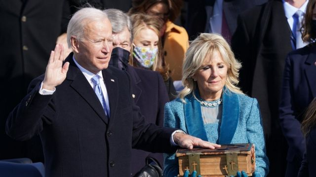 Joe Biden presta juramento como presidente ao lado de sua esposa, Jill Biden