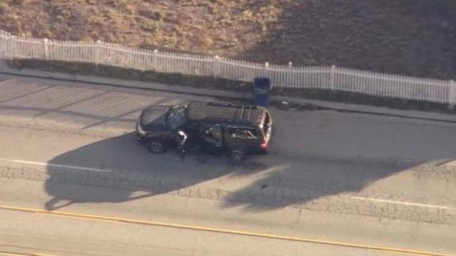 サンバーナディーノの市街地で警察が黒いSUVを取り囲み数回発砲した