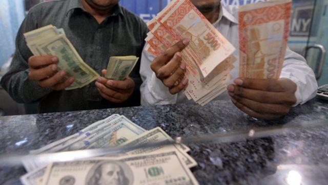 پاکستانی روپے اور ڈالر کے نوٹ