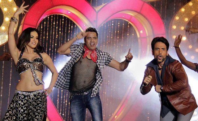Sunny Leone (E) e Tusshar Kapoor (D) se apresentam durante lançamento do filme 'Shootout At Wadala' em Mumbai, 2013