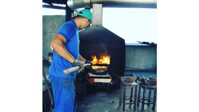 Castanhas sendo queimadas na Cooperativa de Carrilho