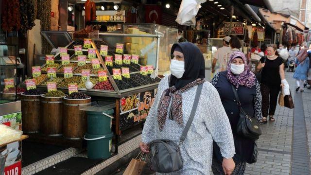pazarda alışveriş yapan kadınlar