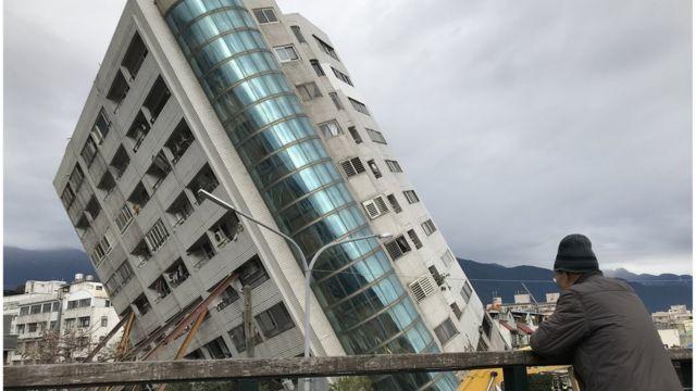 一位当地民众回到事发现场,看着过去高挑的云门翠堤大楼。
