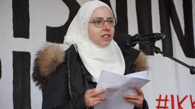 فايزة صطوف، تلقي كلمة أثناء احتجاج في كوبنهاغن. وهي واحدة من اللاجئين الذين ألغيت إقاماتهم