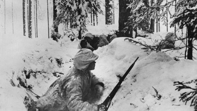 Soldados finlandeses na neve