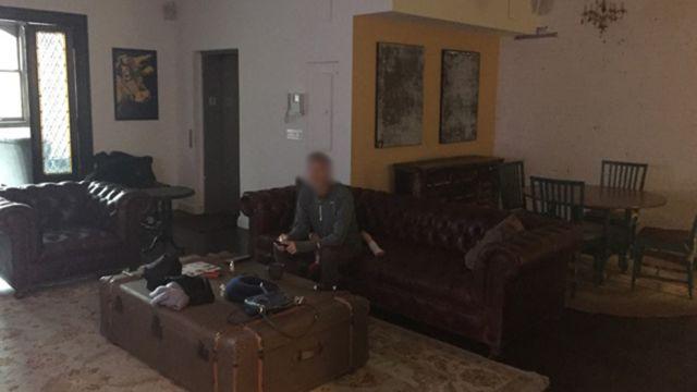 Джефф в гостиной квартиры в Сохо