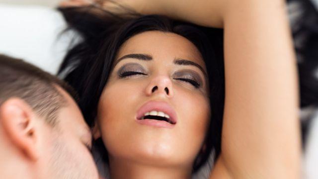 Mulher e homem na cama