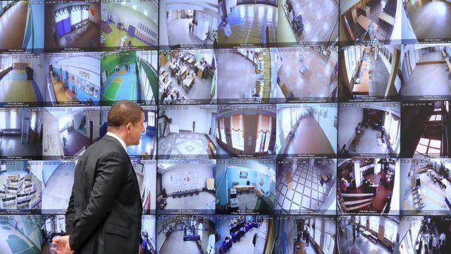Глава Ростелекома Михаил Осеевский во время процедуры разделения ключей шифрования