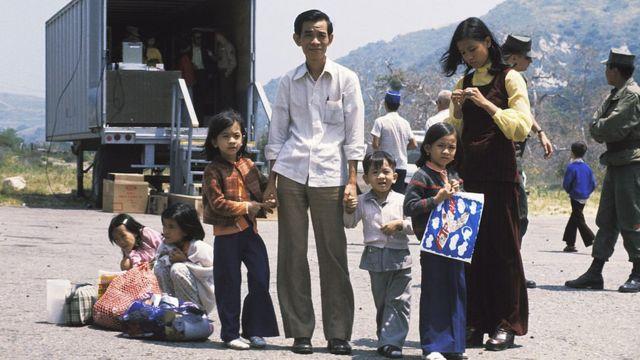 Một gia đình người Việt tỵ nạn khi đặt chân tới trại Pendleton, California, năm 1975