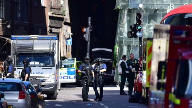 Полиция рядом с мостом