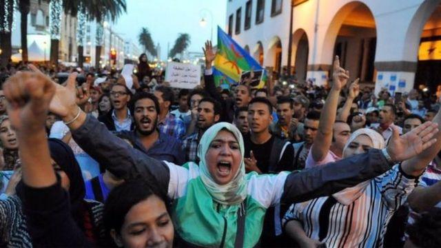 خرجت مظاهرات شارك فيها الآلاف بعد مقتل بائع السمك محسن فكري