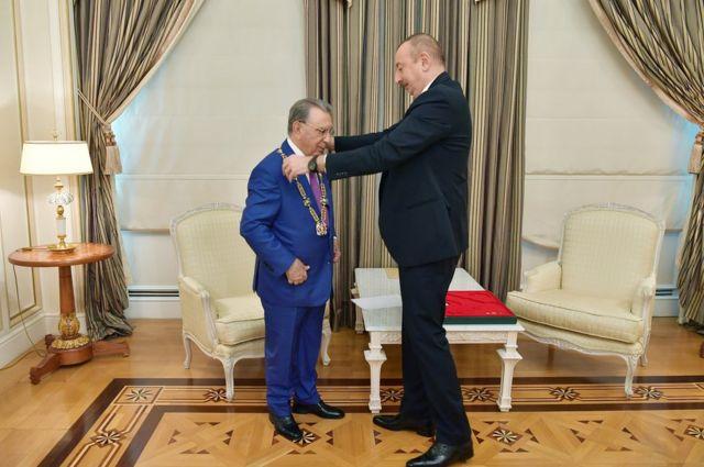 Ильхам Алиев вручает Рамизу Мехтиеву орден Гейдара Алиева