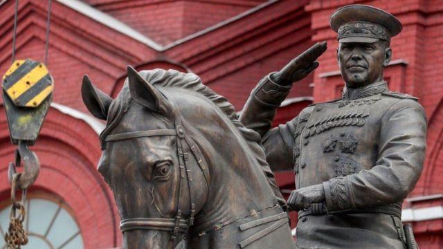 временный памятник Жукову