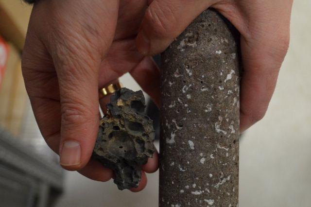 Antes y después: el basalto poroso (izquierda) y el basalto con el CO2 mineralizado en los poros