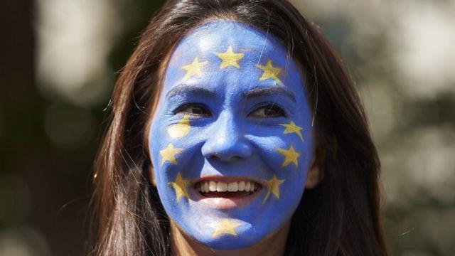Joven con el rostro pintado con los colores de la UE