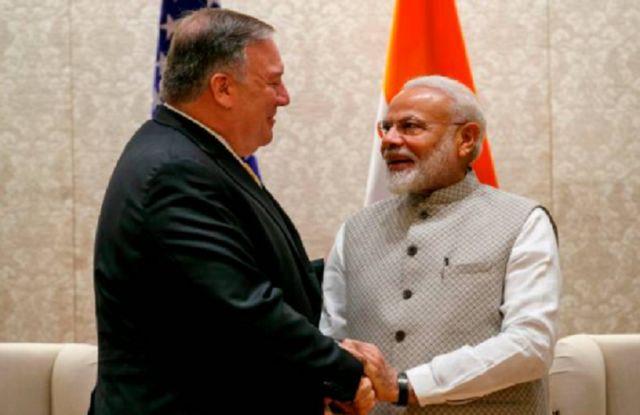 Ngoại trưởng Hoa Kỳ Mike Pompeo (trái) trong một lần gặp Thủ Tướng Ấn Độ Narendra Modi tại tư gia của ông Modi năm 2019