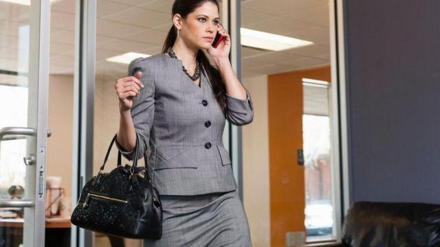 Mulher saindo do trabalho